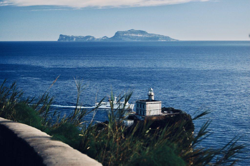 Traghetti nel Golfo di Napoli. Il fato di Capo Miseno è uno dei punti più intensi della traversata verso le isole di Procida ed Ischia.