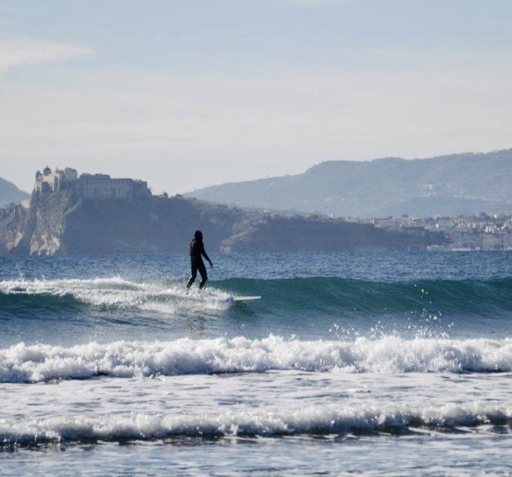 Cose da fare a Napoli. Divertirsi con le onde.