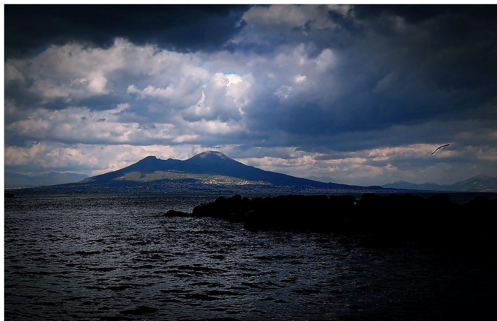 Napoli osservato dalla spiaggetta della Gaiola